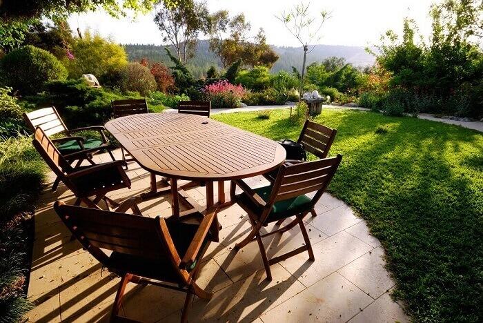 Taman Outdoor Dengan Tambahan Furniture